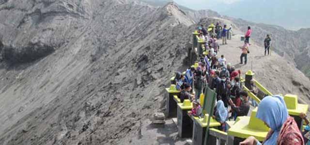 Wisatawan kawah Gunung Bromo